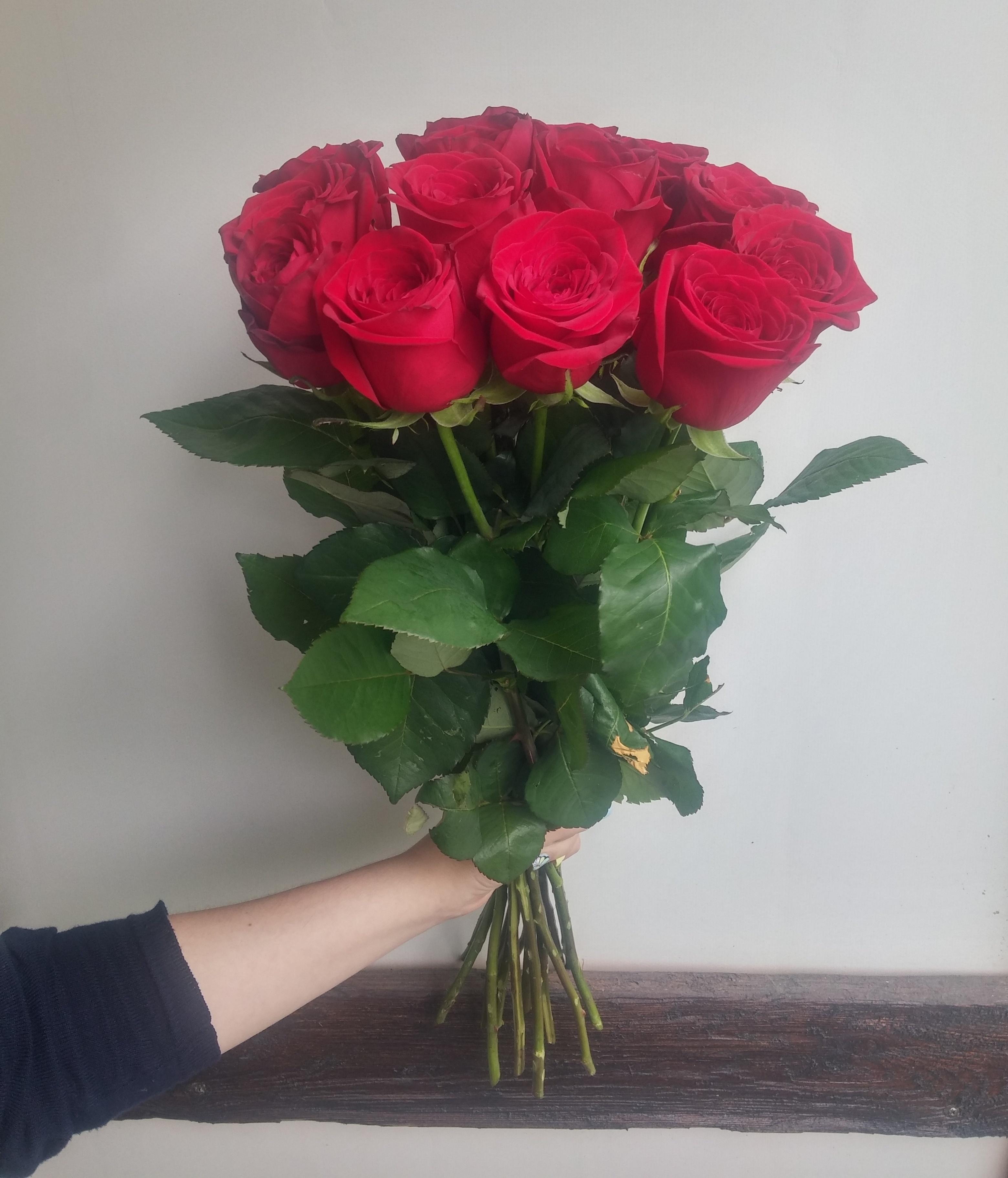 Составление, букет коротких красных роз фото дома